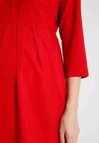 Spring Maternity - ERICA PLEATED V NECK DRES - Denní šaty - red - 4