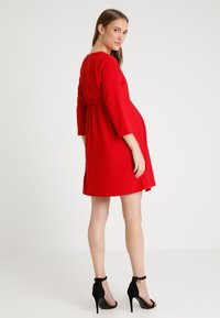 Spring Maternity - ERICA PLEATED V NECK DRES - Denní šaty - red - 2
