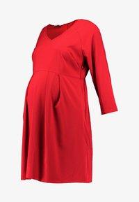 Spring Maternity - ERICA PLEATED V NECK DRES - Denní šaty - red - 6