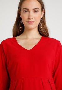 Spring Maternity - ERICA PLEATED V NECK DRES - Denní šaty - red - 5