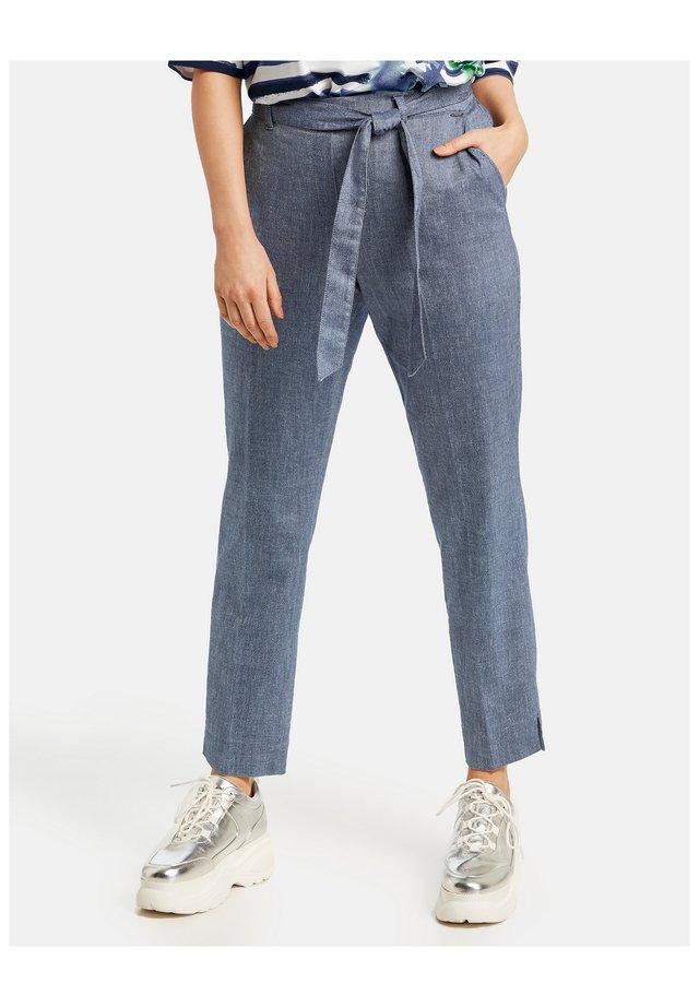 MIT BINDEGÜRTEL - Pantalon classique - space blue bicolor