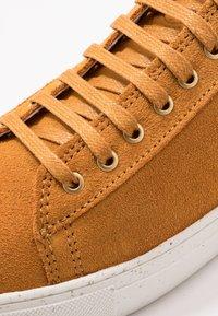 Sneaky Steve - CHOWADE - Sneakers - ocre - 5