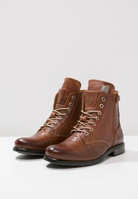 Sneaky Steve - KINGDOM - Šněrovací kotníkové boty - cognac - 2