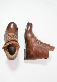 Sneaky Steve - KINGDOM - Šněrovací kotníkové boty - cognac - 1