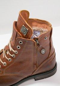 Sneaky Steve - KINGDOM - Šněrovací kotníkové boty - cognac - 5