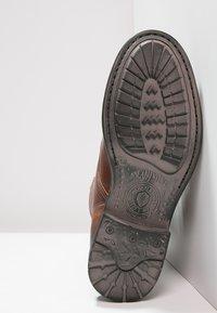 Sneaky Steve - KINGDOM - Šněrovací kotníkové boty - cognac - 4