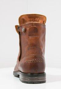 Sneaky Steve - KINGDOM - Šněrovací kotníkové boty - cognac - 3