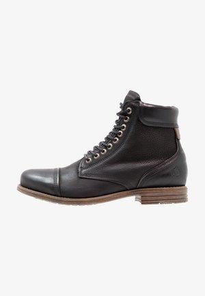 DOVERLAKE - Botines con cordones - black