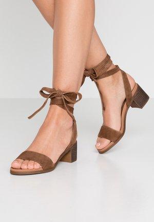 ADRIANNE - Sandaalit nilkkaremmillä - chestnut