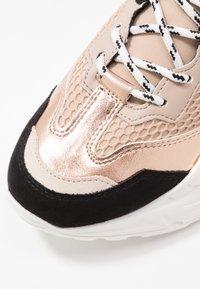 Steve Madden - ANTONIA - Sneakers basse - rose/multicolor - 2