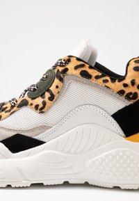 Steve Madden - ANTONIA - Sneakers - brown - 2