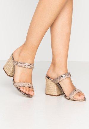 MARCELLA - Pantofle na podpatku - beige