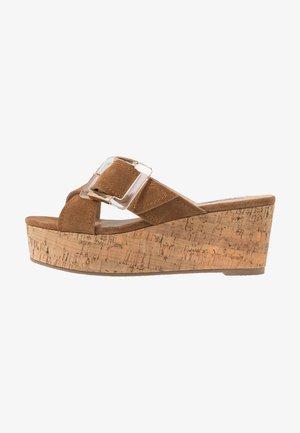 ROMEE - Pantofle na podpatku - cognac