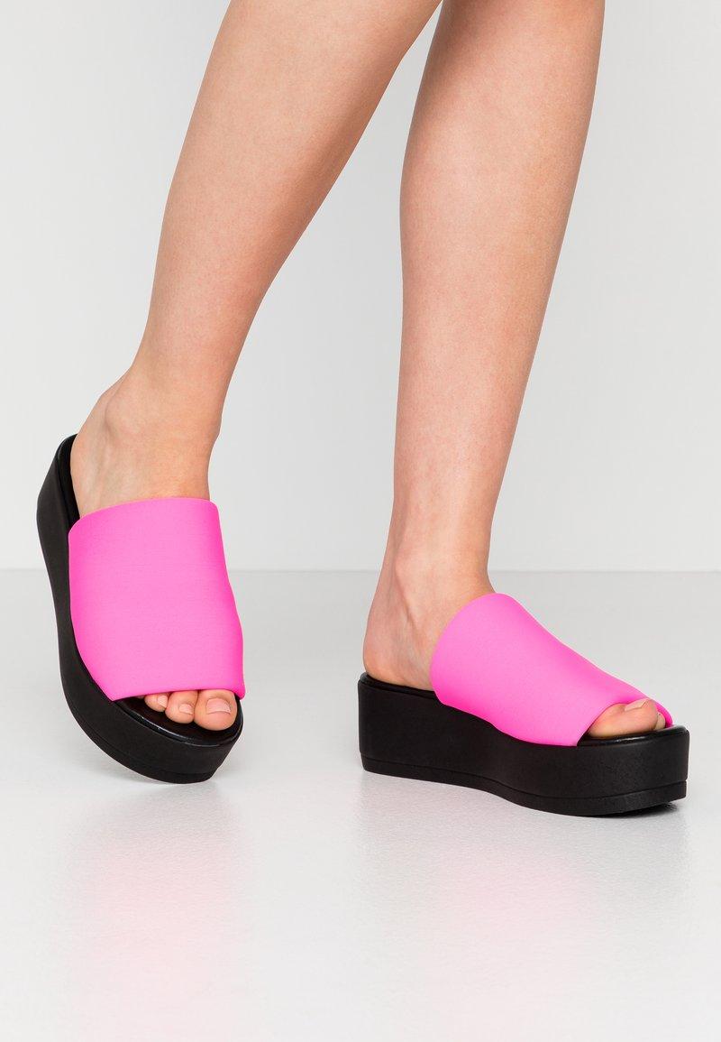 Steve Madden - SLINKY - Pantofle na podpatku - pink neon
