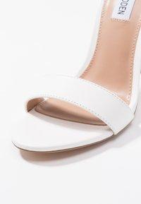 Steve Madden - CARRSON - Sandály na vysokém podpatku - white - 2