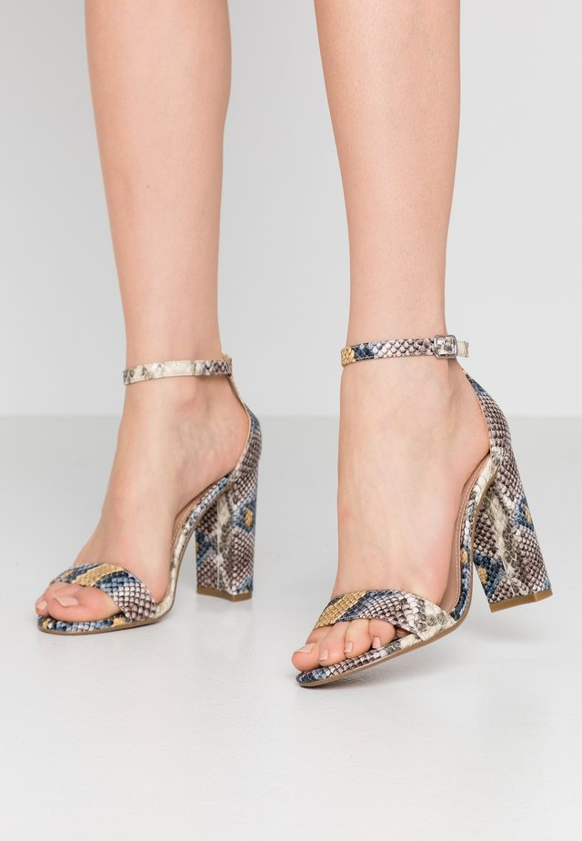 CARRSON - Korolliset sandaalit - multicolor