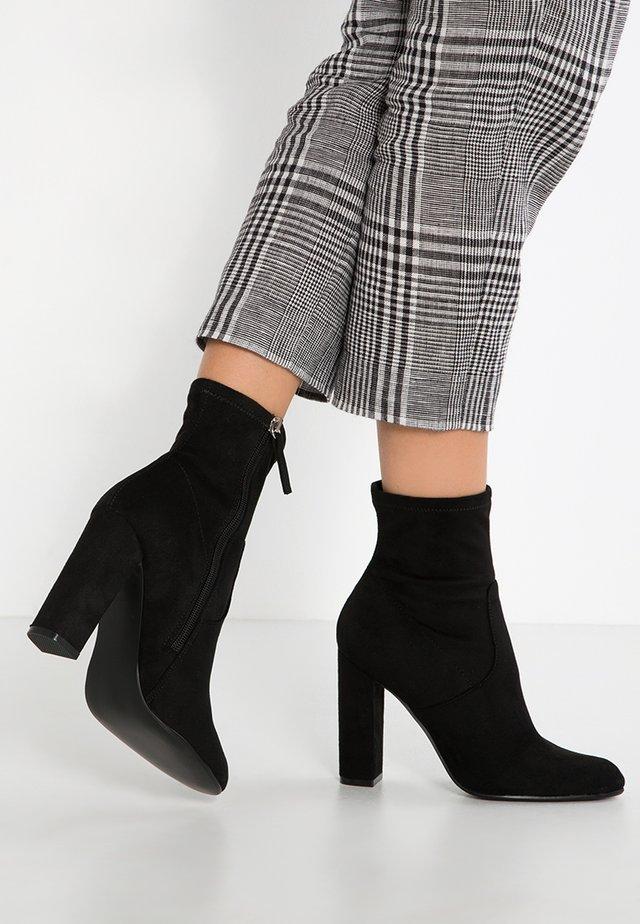 EDITT - Højhælede støvletter - black