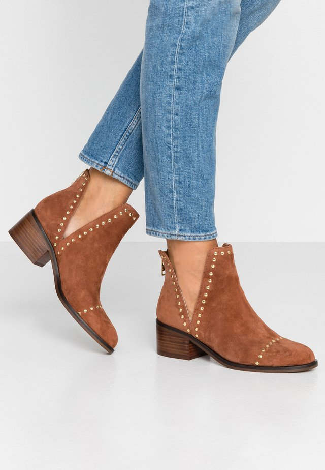 CONSPIRE - Ankle boots - chestnut