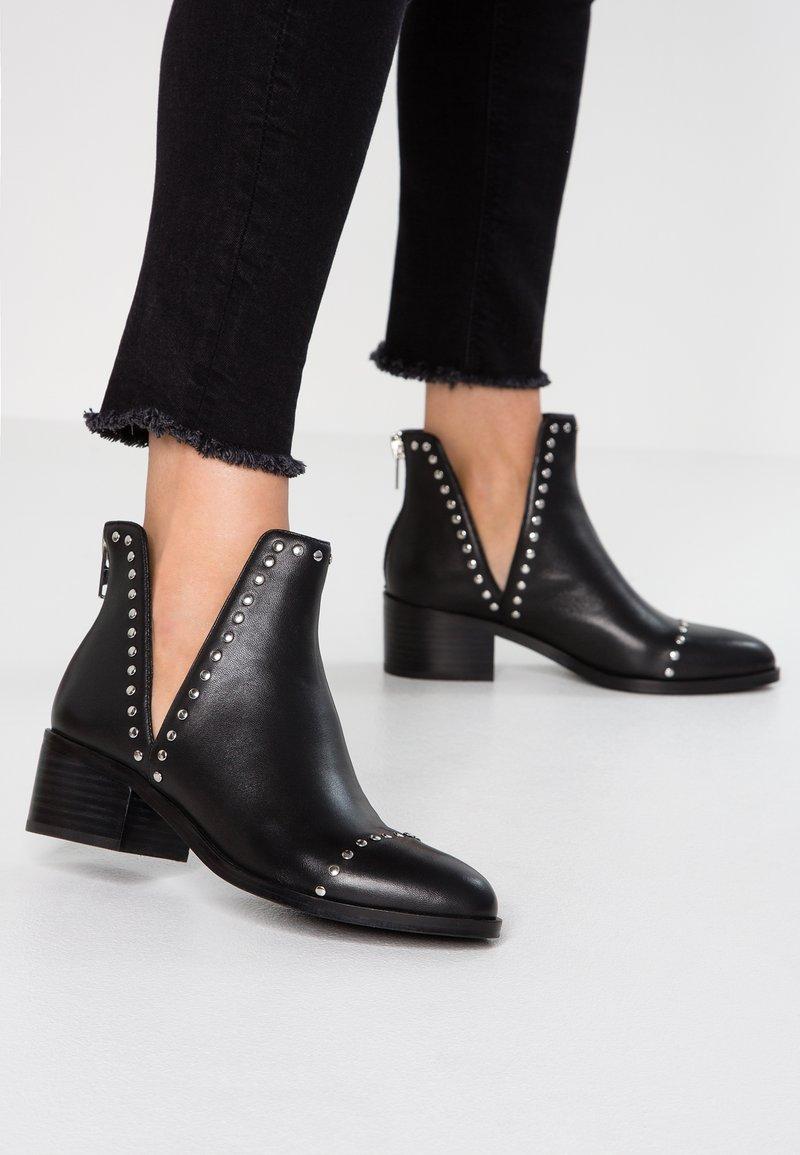 Steve Madden - CONSPIRE - Kotníková obuv - black