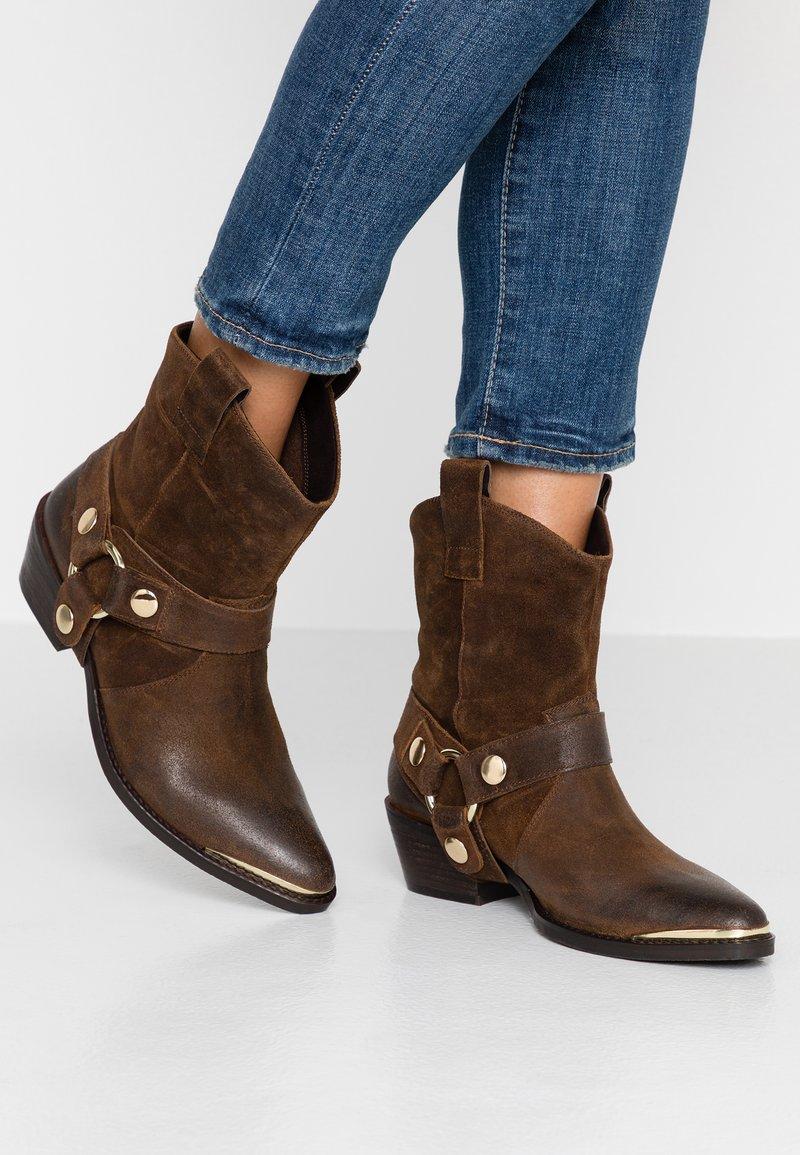 Steve Madden - GALLOW - Cowboy/biker ankle boot - brown