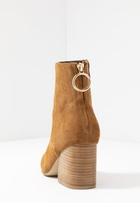Steve Madden - ROXTER - Classic ankle boots - cognac - 5