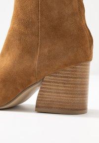 Steve Madden - ROXTER - Classic ankle boots - cognac - 2