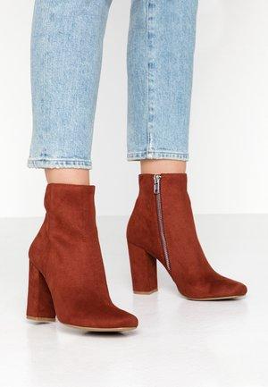 PIXIE - Kotníková obuv na vysokém podpatku - rust