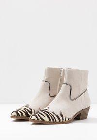 Steve Madden - PHILIPPA - Boots à talons - black/white - 4