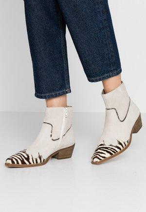 PHILIPPA - Kotníková obuv - black/white