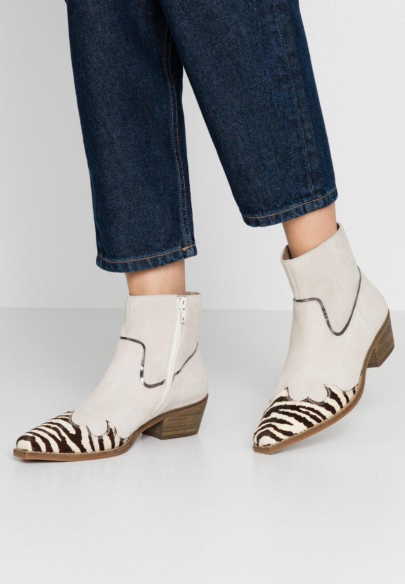 Steve Madden - PHILIPPA - Boots à talons - black/white