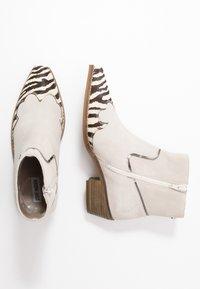 Steve Madden - PHILIPPA - Boots à talons - black/white - 3
