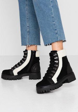 GROOVE - Kotníkové boty na platformě - black