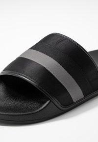 Steve Madden - SWERVE - Pantolette flach - black/grey - 5