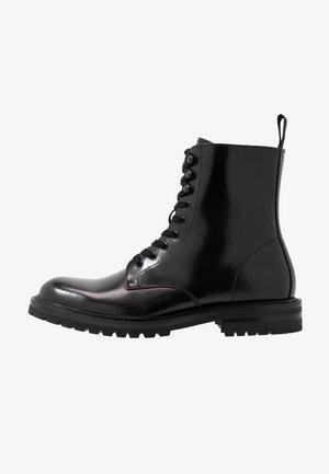 KOMMBAT - Šněrovací kotníkové boty - black