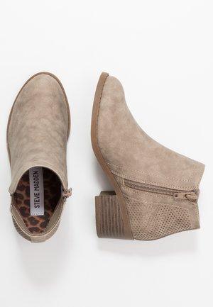 JLOMAD - Kotníkové boty - cognac