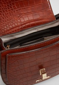 Steve Madden - BBLARE - Handtasche - cognac - 4