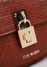 Steve Madden - BBLARE - Handtasche - cognac - 2