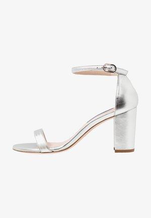 Sandaalit nilkkaremmillä - metallic