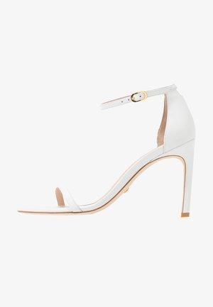 NUDISTSONG - Korolliset sandaalit - white