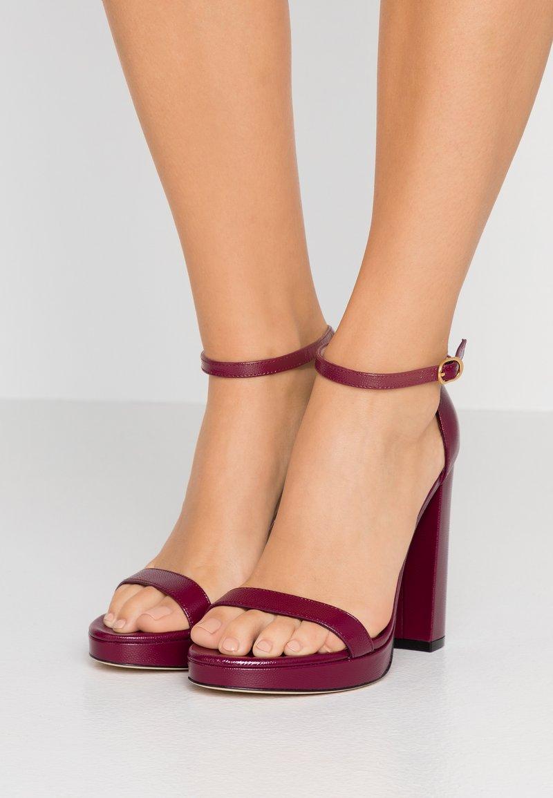 Stuart Weitzman - NEARLYNUDE - Sandaler med høye hæler - cranberry