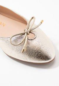 Stuart Weitzman - GABBY FLAT - Ballet pumps - platino - 2