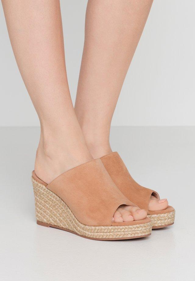 MARABELLA - Pantofle na podpatku - tan