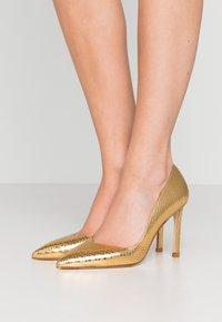 Stuart Weitzman - ANNY - Zapatos altos - gold - 0