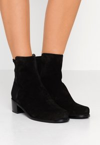 Stuart Weitzman - EASY ON RESERVE - Classic ankle boots - black - 0