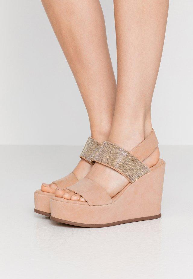 Sandály na klínu - nude