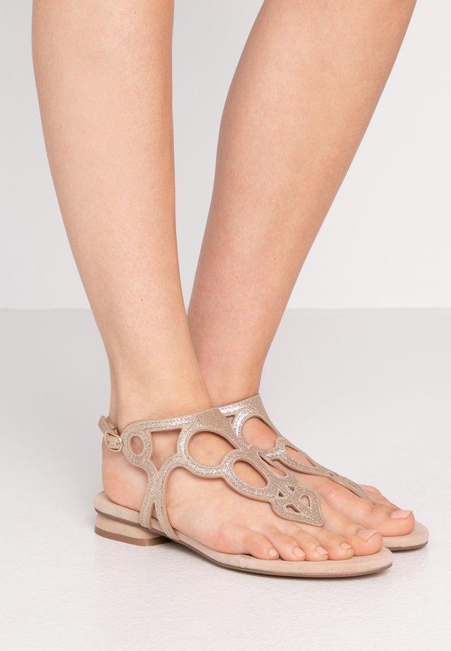 SUNSET CORNER - Sandály s odděleným palcem - platinum