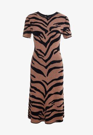WILD DRESS - Pletené šaty - brown