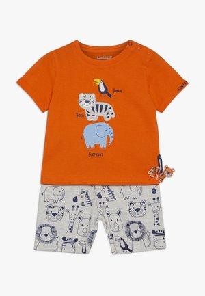 BERMUDAS SET - Pantalones - orange/mottled grey