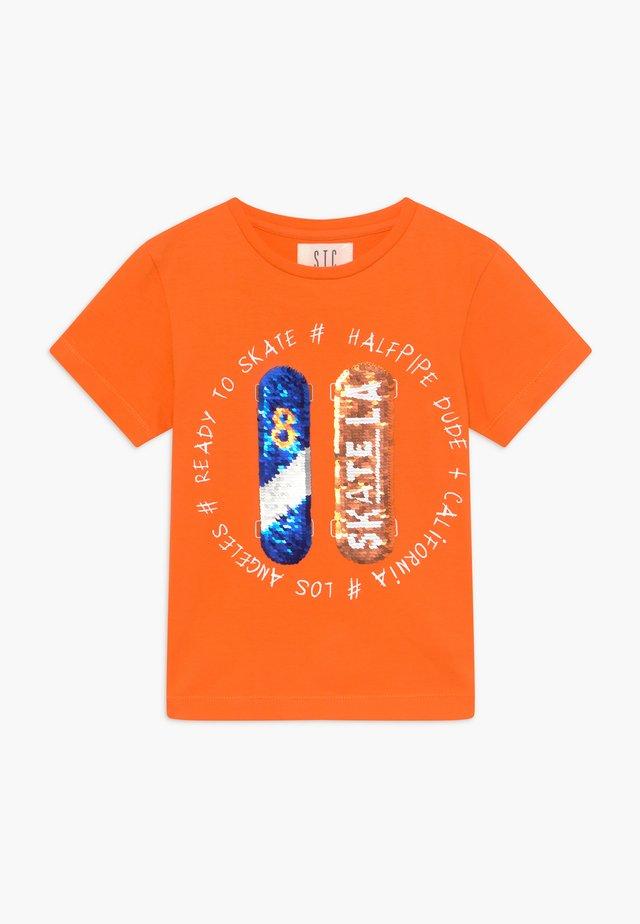 KID - T-shirts med print - orange