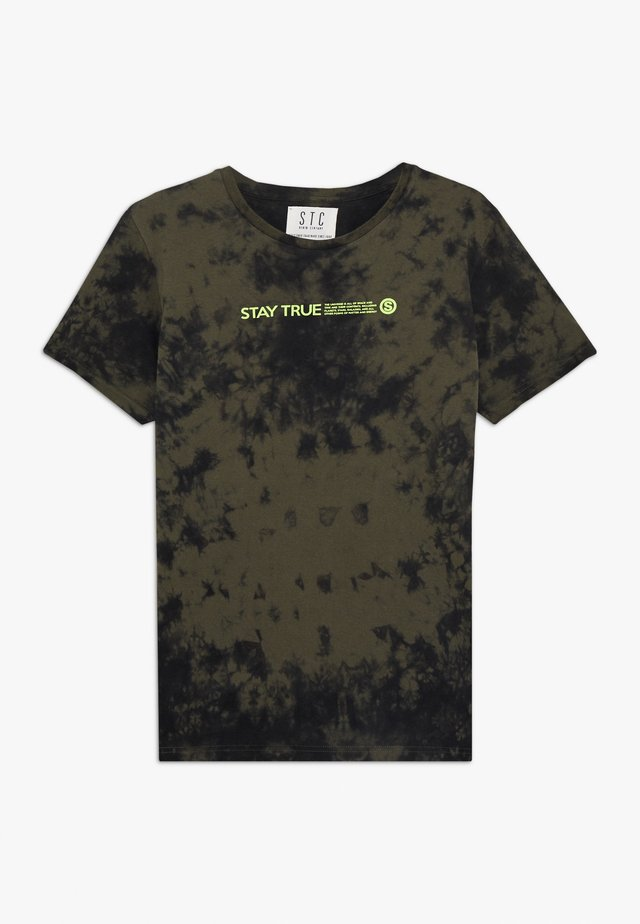 TIE DYE TEENAGER - T-shirts med print - dark olive